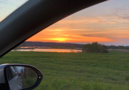 Ein Sonnenuntergang aus dem Auto heraus fotografiert