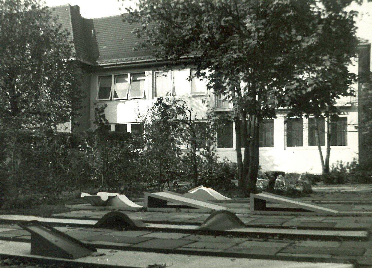 Zu sehen ist eine Minigolfanlage. Im Hintergrund die Villa Donnersmarck. Das Bild ist schwarz-weiß.