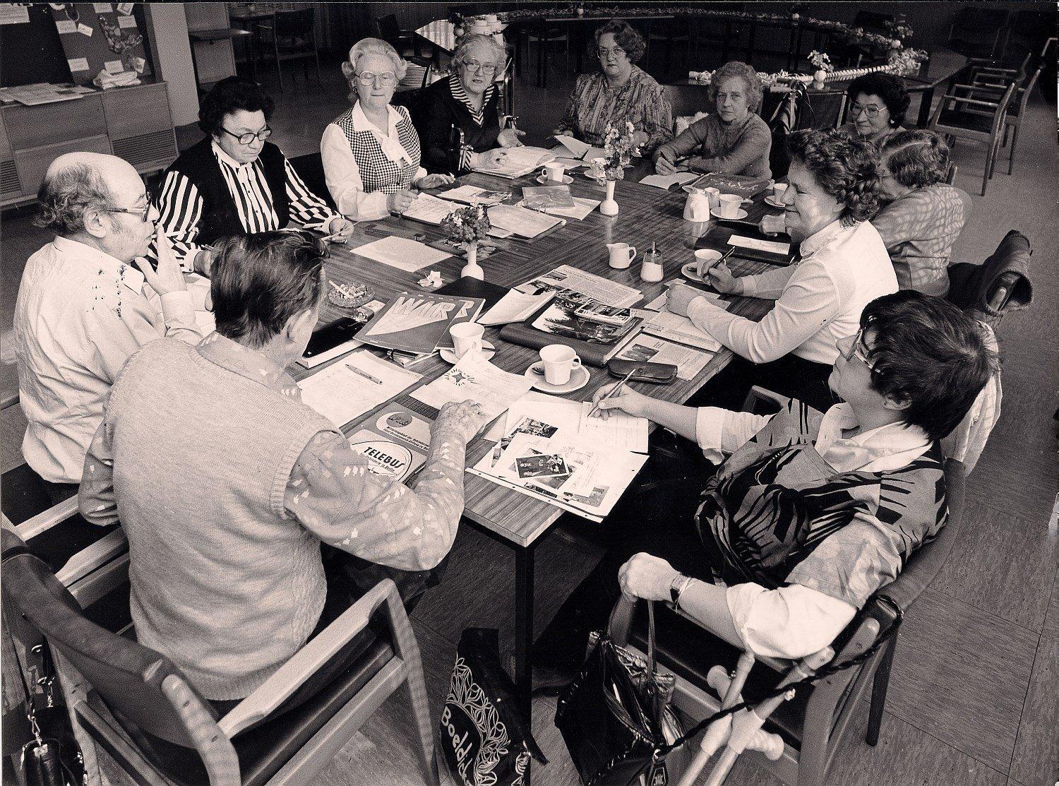 Historisches Schwarz-Weiß-Foto, das eine WIR-Redaktionssitzung in den frühen 80er Jahren zeigt.