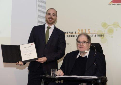 Christian Schlenstedt und Prof. Wegscheider bei der Forschungspreisverleihung 2015. Christian Schlenstedt hält die Urkunde seiner Belobigung in den Händen