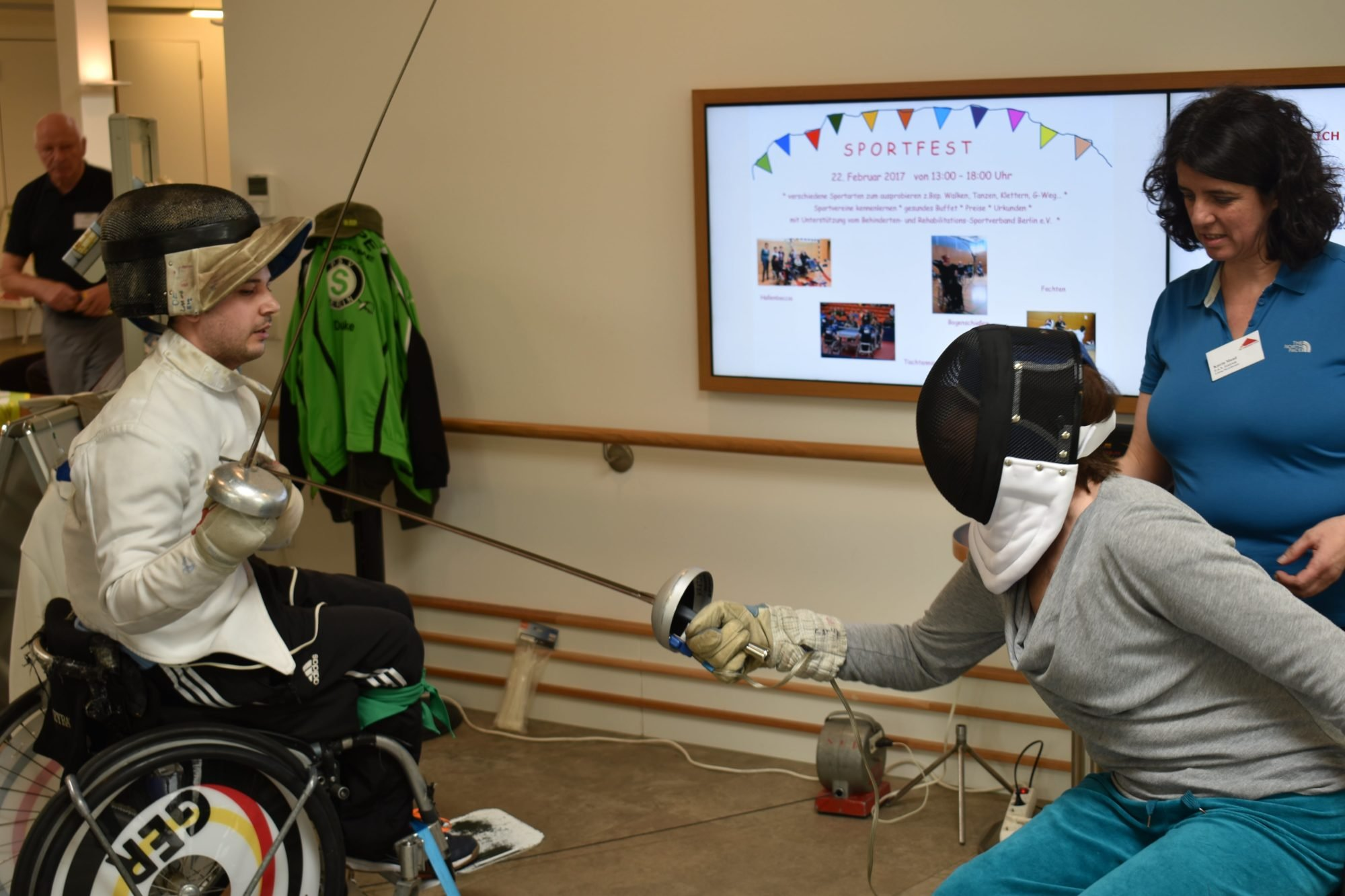 Das Bild zeigt einen Rollstuhlfechter und eine Rollstuhlfechterin beim 1. P.A.N. Sportfest 2017.