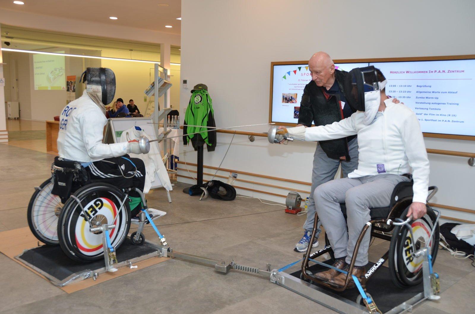 Zwei Rollstuhlfechter in voller Montur beim Sportfest im P.A.N. Zentrum 2017.