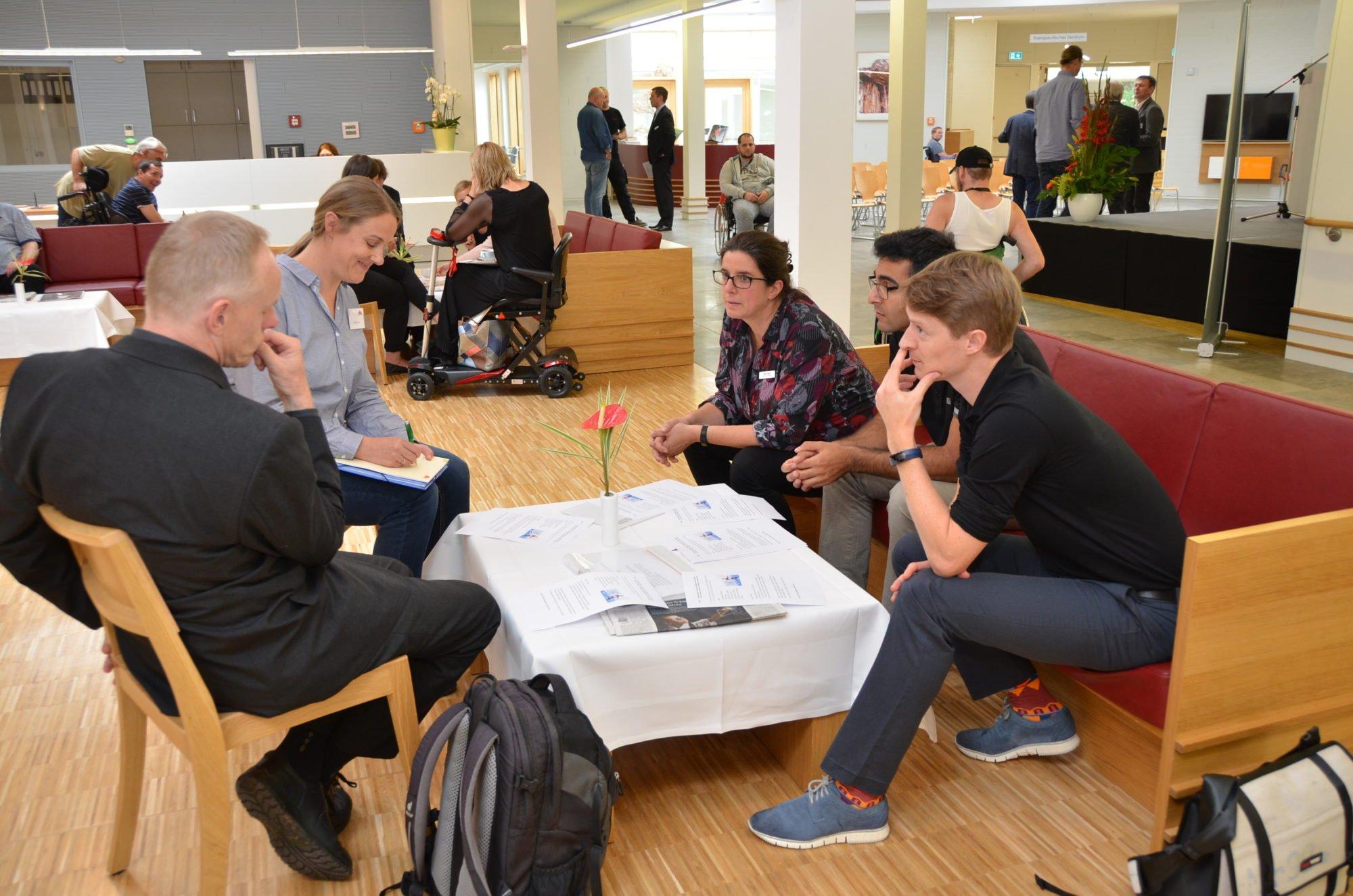 Zu sehen sind mehrere Personen, die miteinander sprechen. Im Hintergrund sind weitere Personen im Gespräch zu sehen. 2012 erhielt Rob Labruyère eine Belobigung für seine Dissertation zum Lokomat.