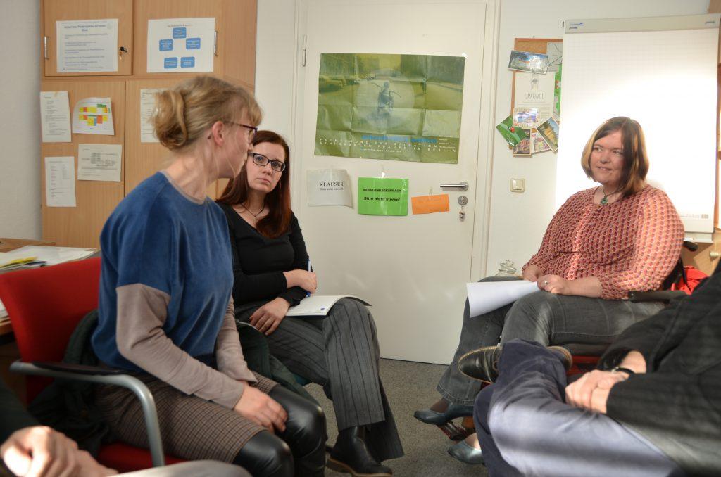 Interviewsituation in einem Büro der Uni Potsdam. Drei junge Damen - rechts WIR-Redakteurin Anna Koch.