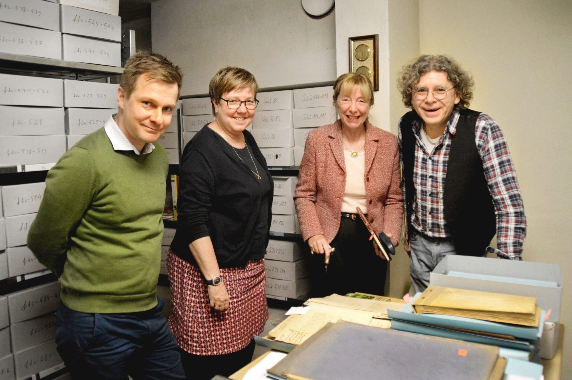 Vier Personen - zwei Männer und zwei Frauen - stehen im Archiv der Fürst Donnersmarck-Stiftung. Vor ihnen auf dem Tisch liegen mehrere alte Akten.