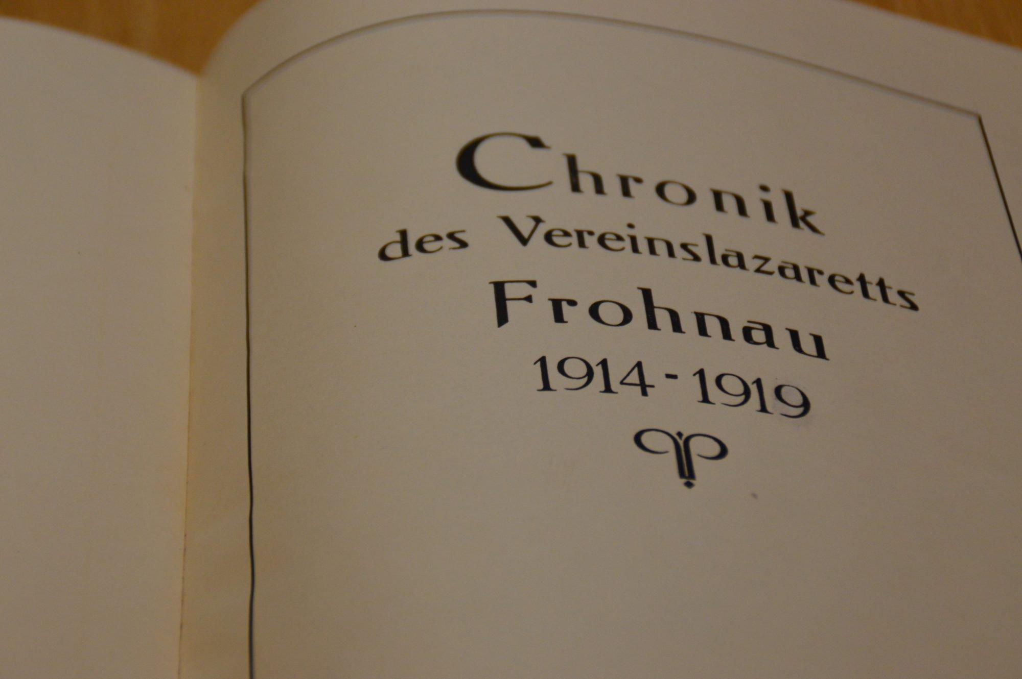 """Aufgeschlagene Seite des Buches. In alter Schrift sieht man die Überschrift """"Chronik des VEreinslazaretts Frohnau 1914 -1919"""""""