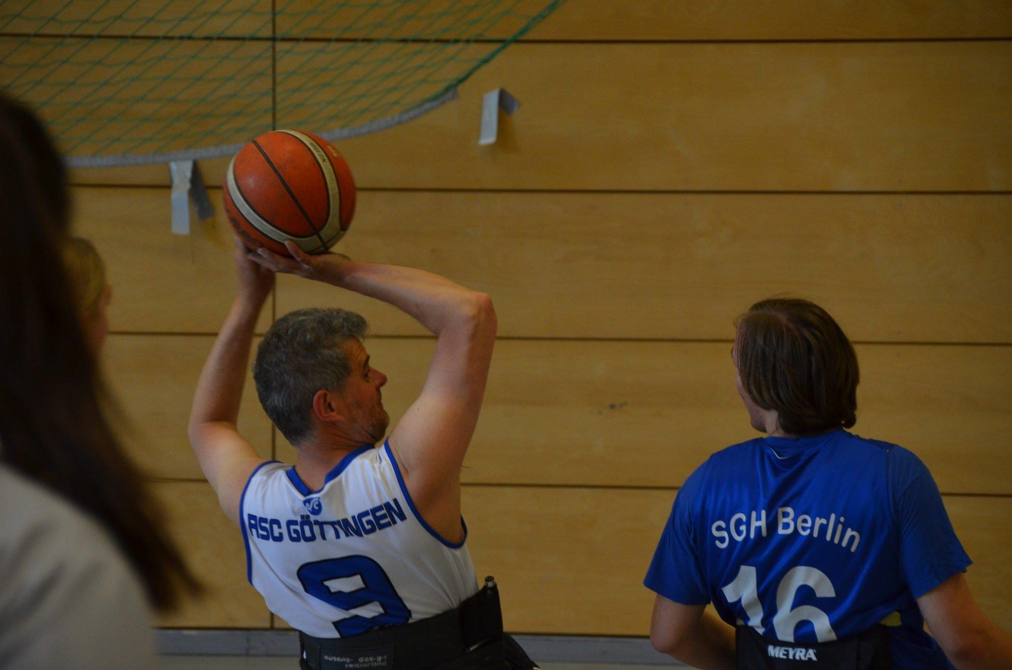 Ein Spieler des RSC Göttingen passt den Ball über den Kopf eines Gegenspielers hinweg.
