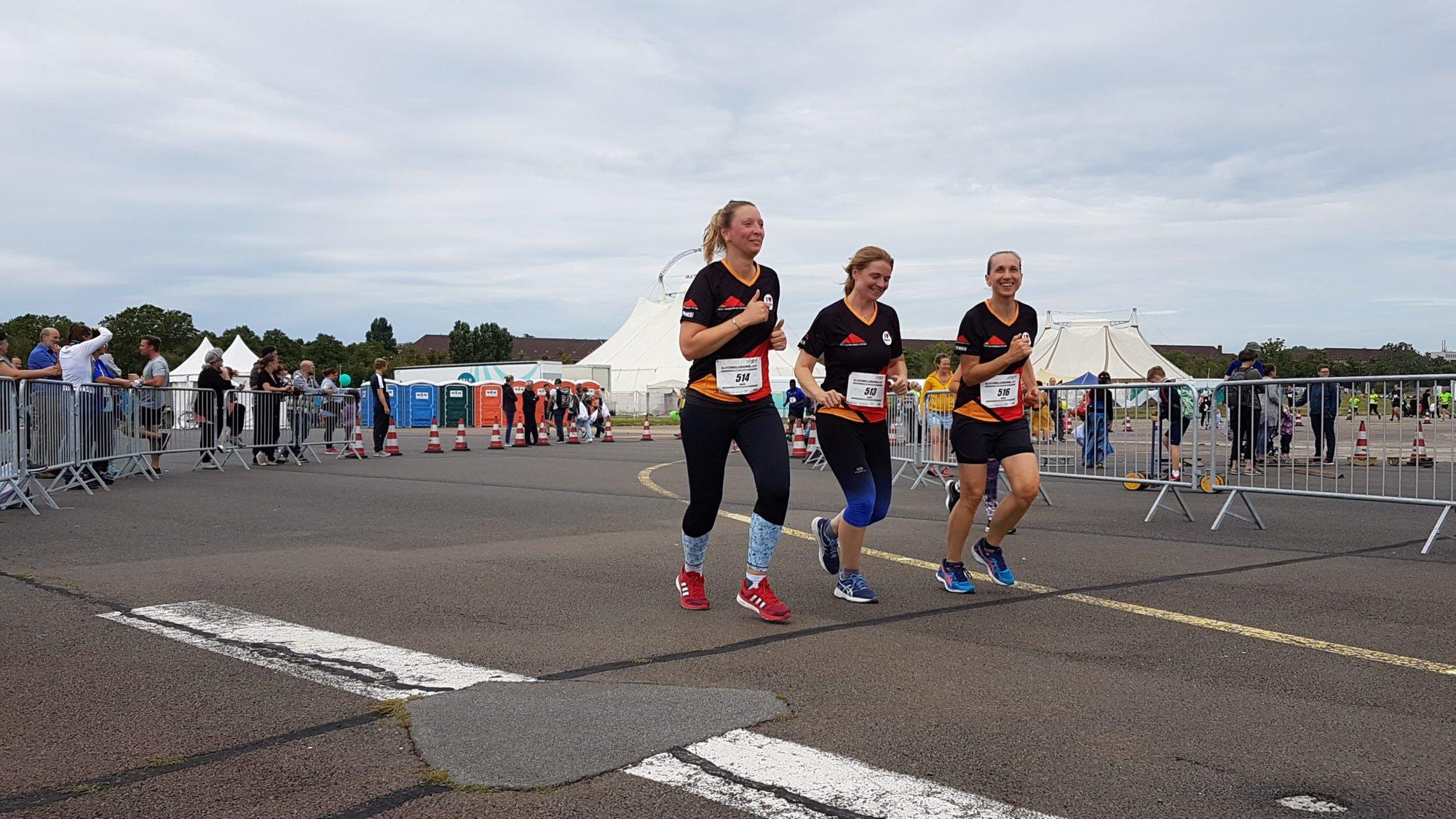Drei Kolleginnen der Donnersmarckstiftung beim Zieleinlauf des 10km-Laufes.