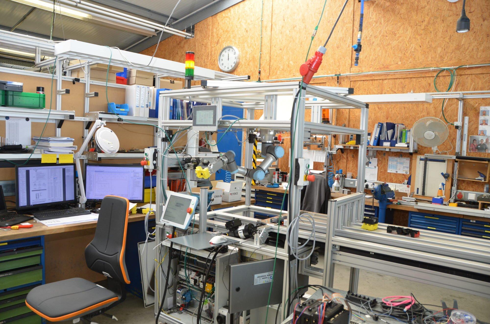 Eine in der Konstruktion befindliche Maschine mit Roboterarm.
