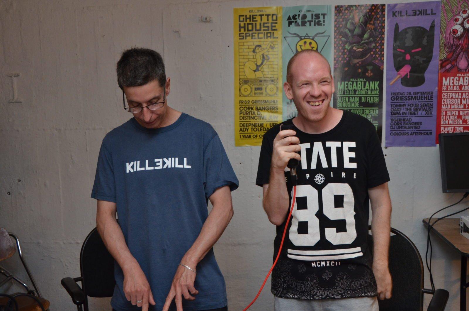 Zwei Musiker von Ick Mach Welle! bei den Proben.