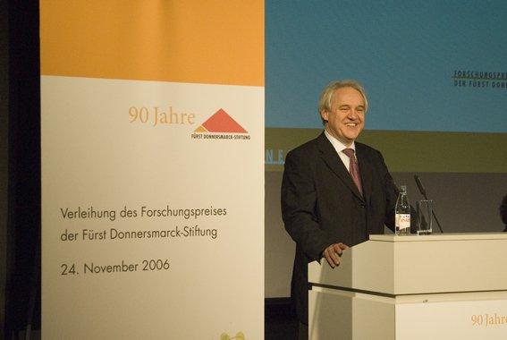 Wolfgang Schrödter am Rednerpult bei der Verleihung des Forschungspreises der Fürst Donnersmarck-Stiftung im Jahr 2006.