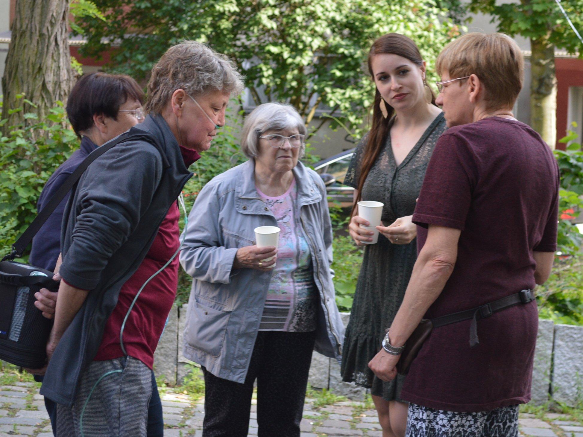 Angeregte Gespräche: fünf Frauen stehen im Kreis und unterhalten sich.