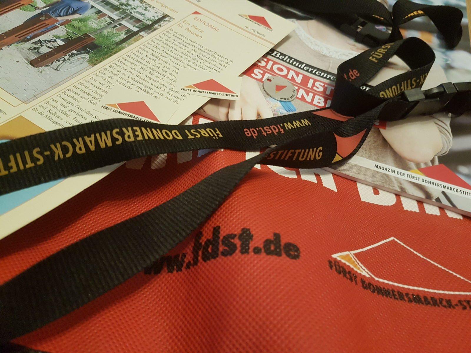Das Bild zeigt mehrere Produkte der Stiftung mit dem Logo der FDST