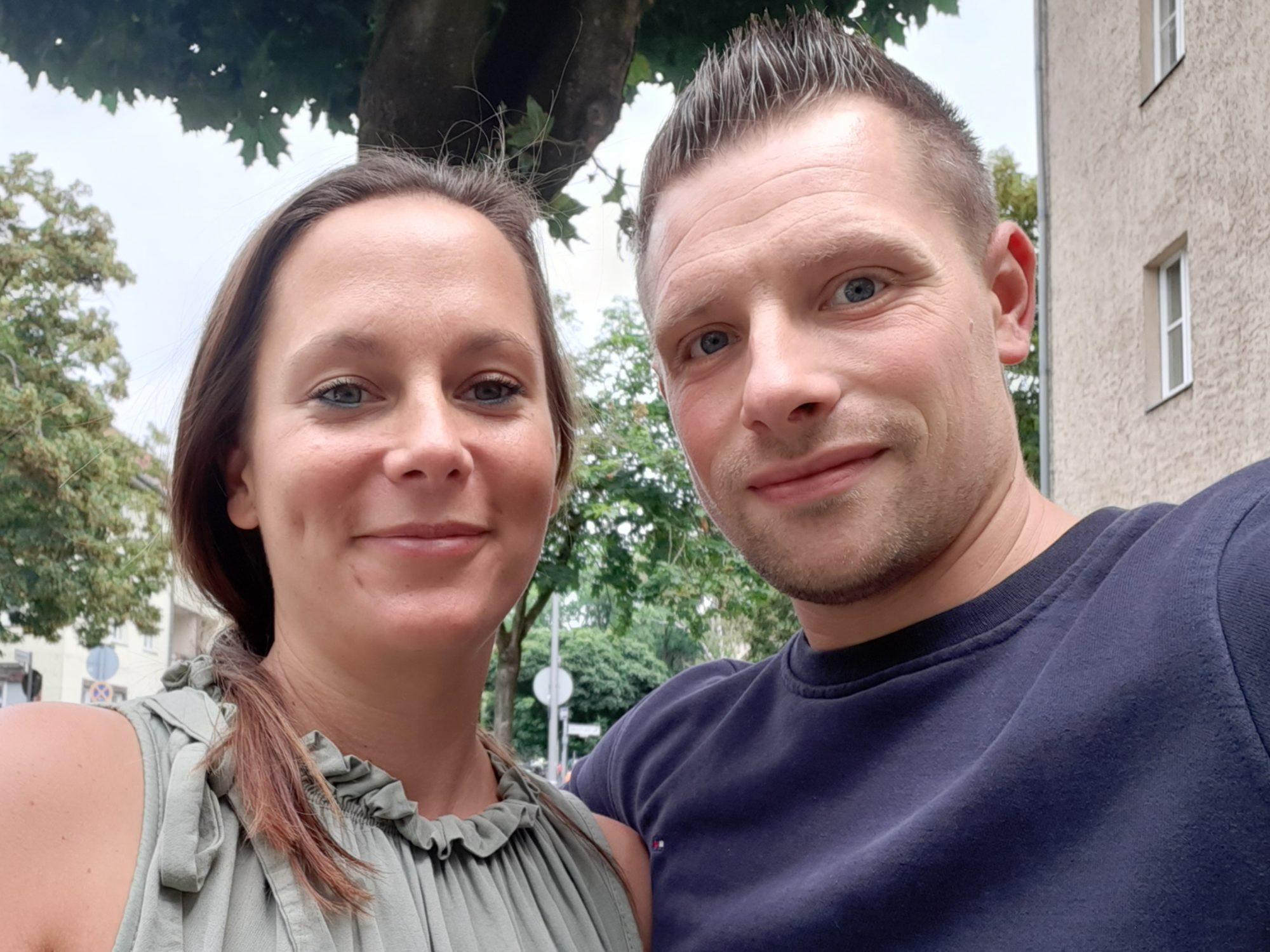 Yvonne Grabow auf der linken Seite und Marco Noack lächeln für ein Selfie in die Kamera.