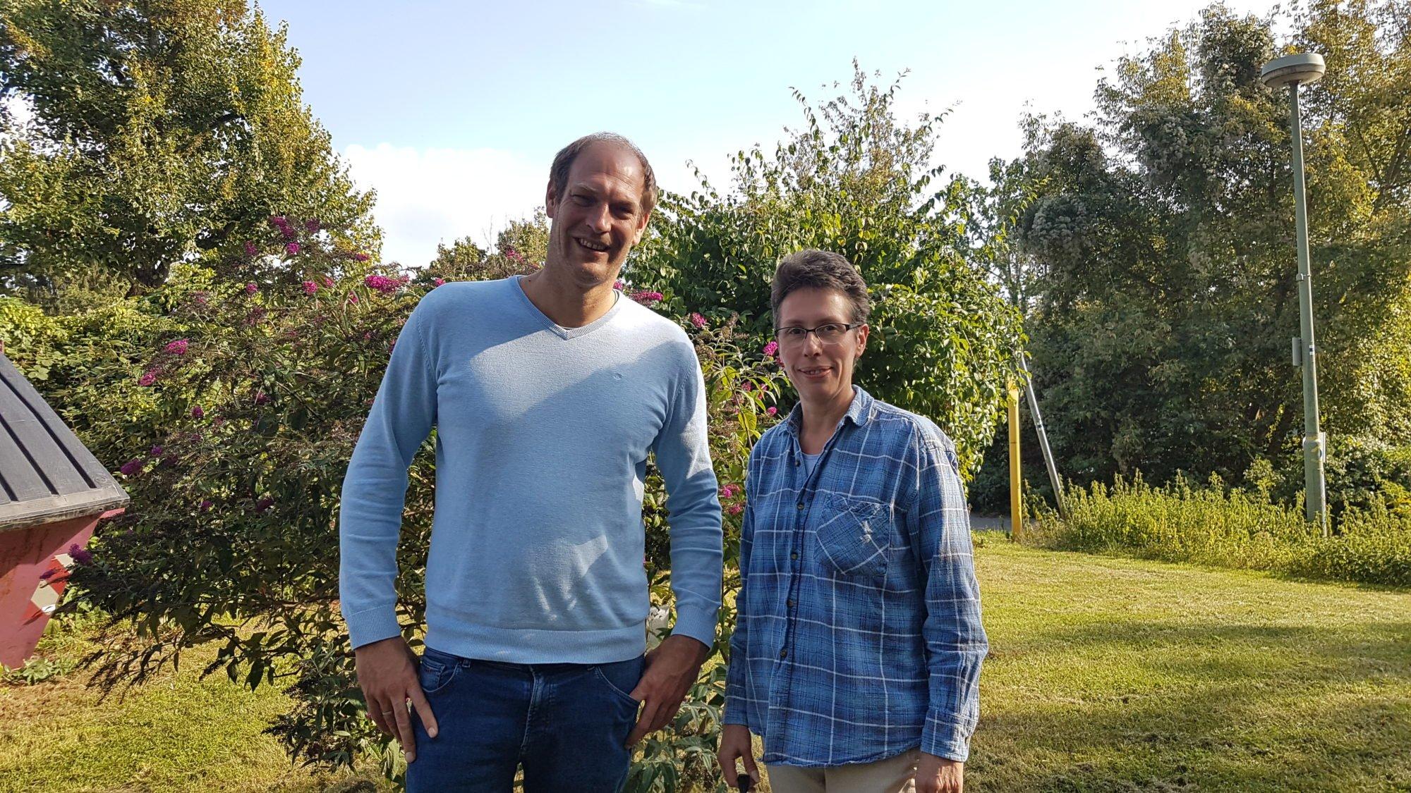 Herr Kempf und Frau Bierwagen stehen im Garten der FDS Hausverwaltung