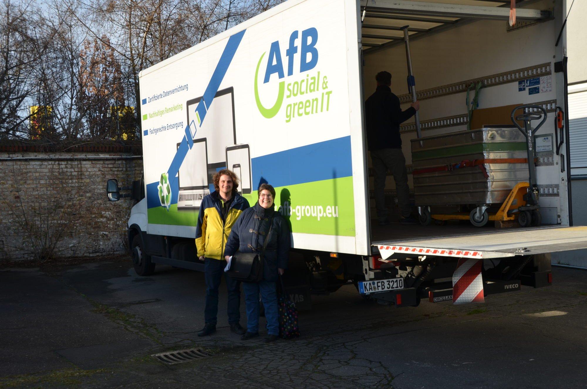 Zwei Personen stehen vor einem parkenden Lastwagen