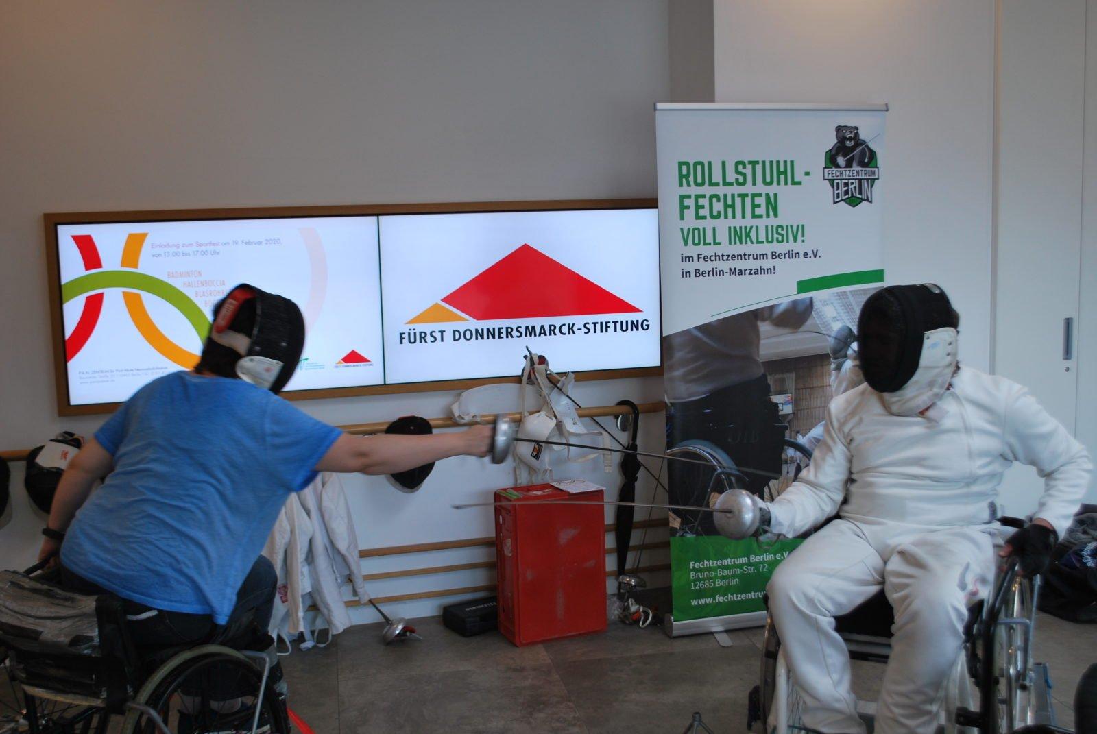 Fechten Inklusiv beim Sportfest im P.A.N. Zentrum: zwei Rehabilitanden testen den Sport.