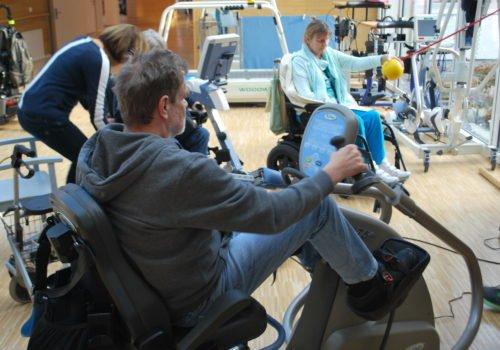 Rehabilitandinnen und Rehabilitanden des P.A.N. Zentrums testen moderne Sportgeräte.