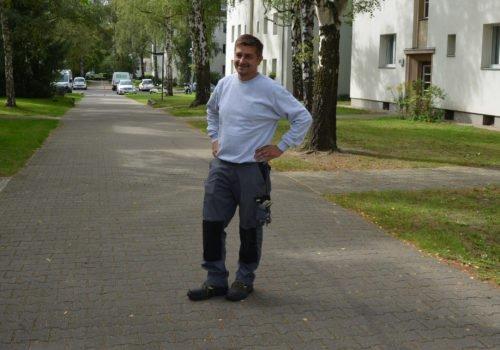 Hausmeister Rafal Dudek inmitten der von ihm betreuten Wohnanlage.