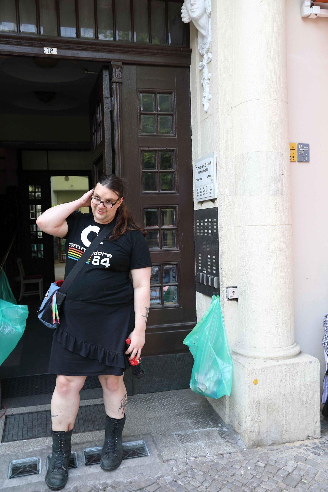 Eine Frau steht vor der Eingangstür einer WG