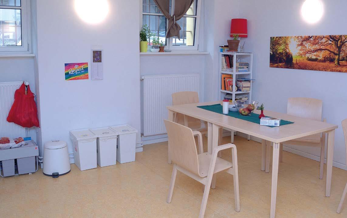 Der Aufenthaltsraum: Ein heller  und gemütlicher Raum mit hellen Holzmöbeln.