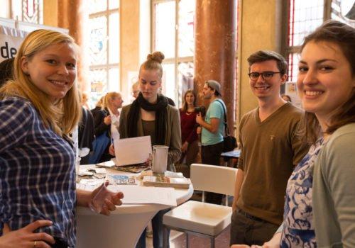 Eine Gruppe junger Menschen an einem Stand bei der Berliner Freiwilligenbörse.