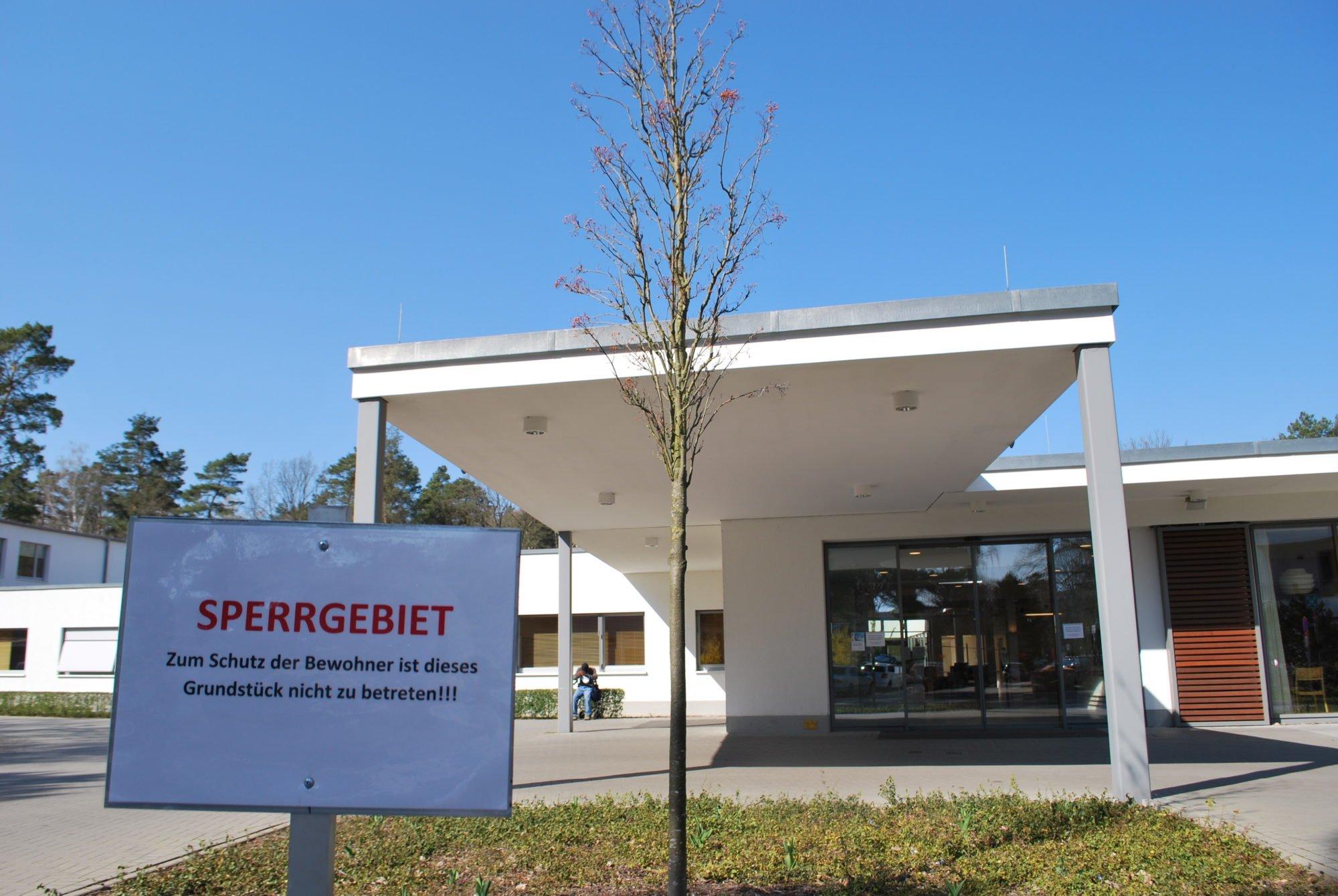 """Auf dem Bild ist der Haupteingang des P.A.N. Zentrums gesehen. Im Vordergrund befindet sich ein Bild mit der Aufschrift """"Sperrgebiet. Zum Schutz der Bewohner ist dieses Grundstück nicht zu betreten."""""""