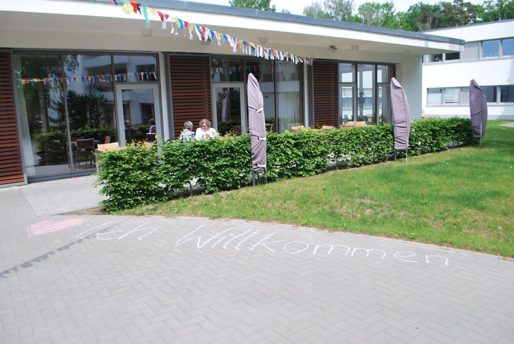 Das P.A.N. Zentrum von außen. auf dem Boden steht mir Kreide geschrieben: Herzlich Willkommen.