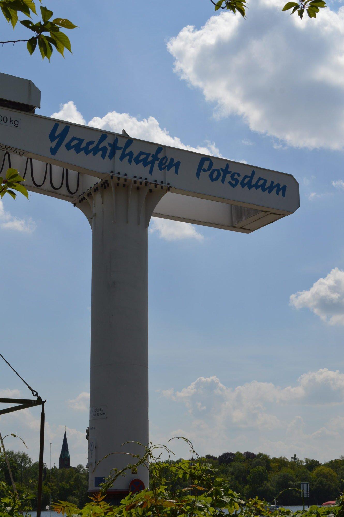 Ein Metallgerüst mit der Aufschrift Yachthafen Potsdam.