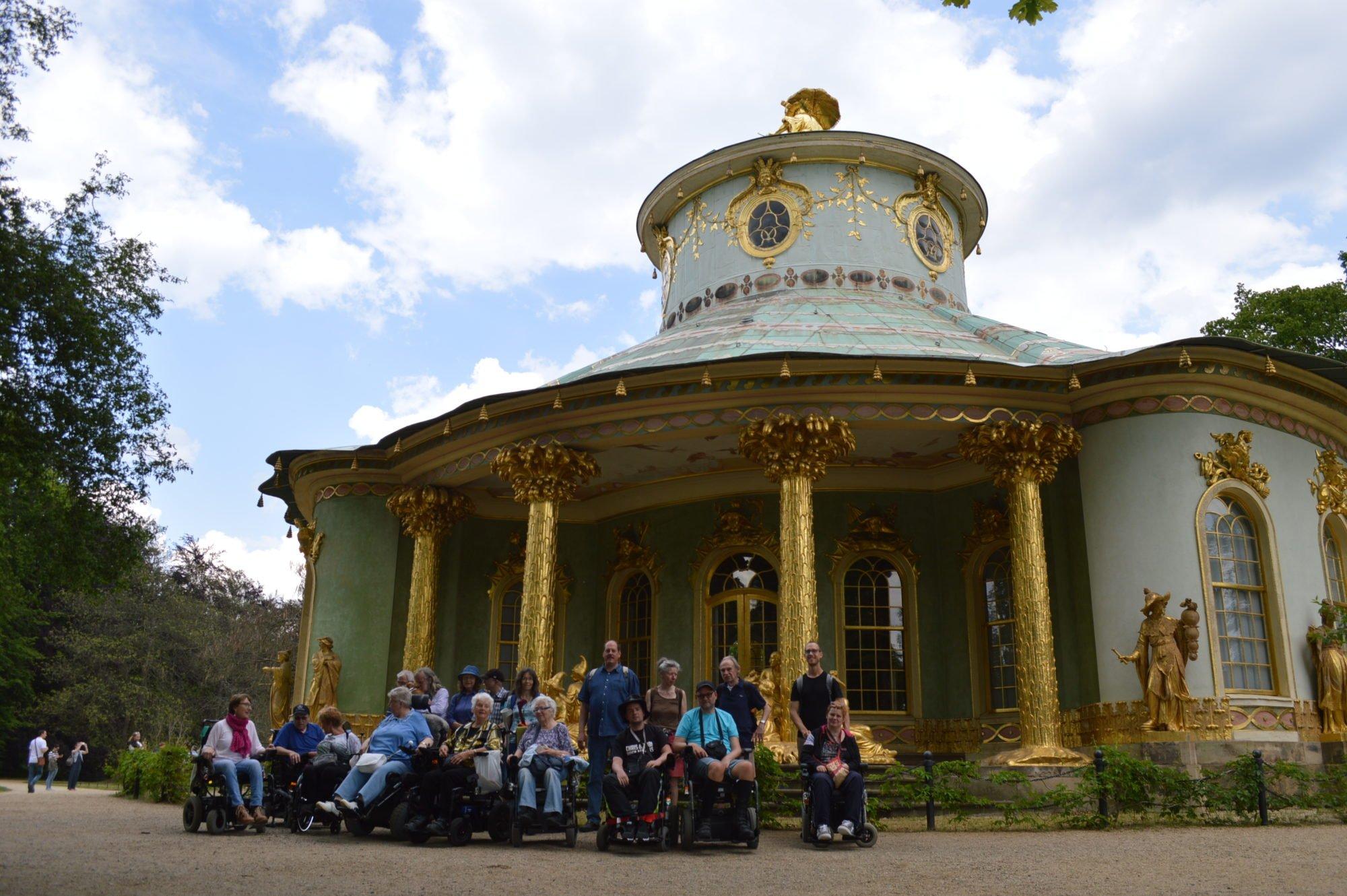 Gruppenfoto vor einem Gebäude im Schlosspark.