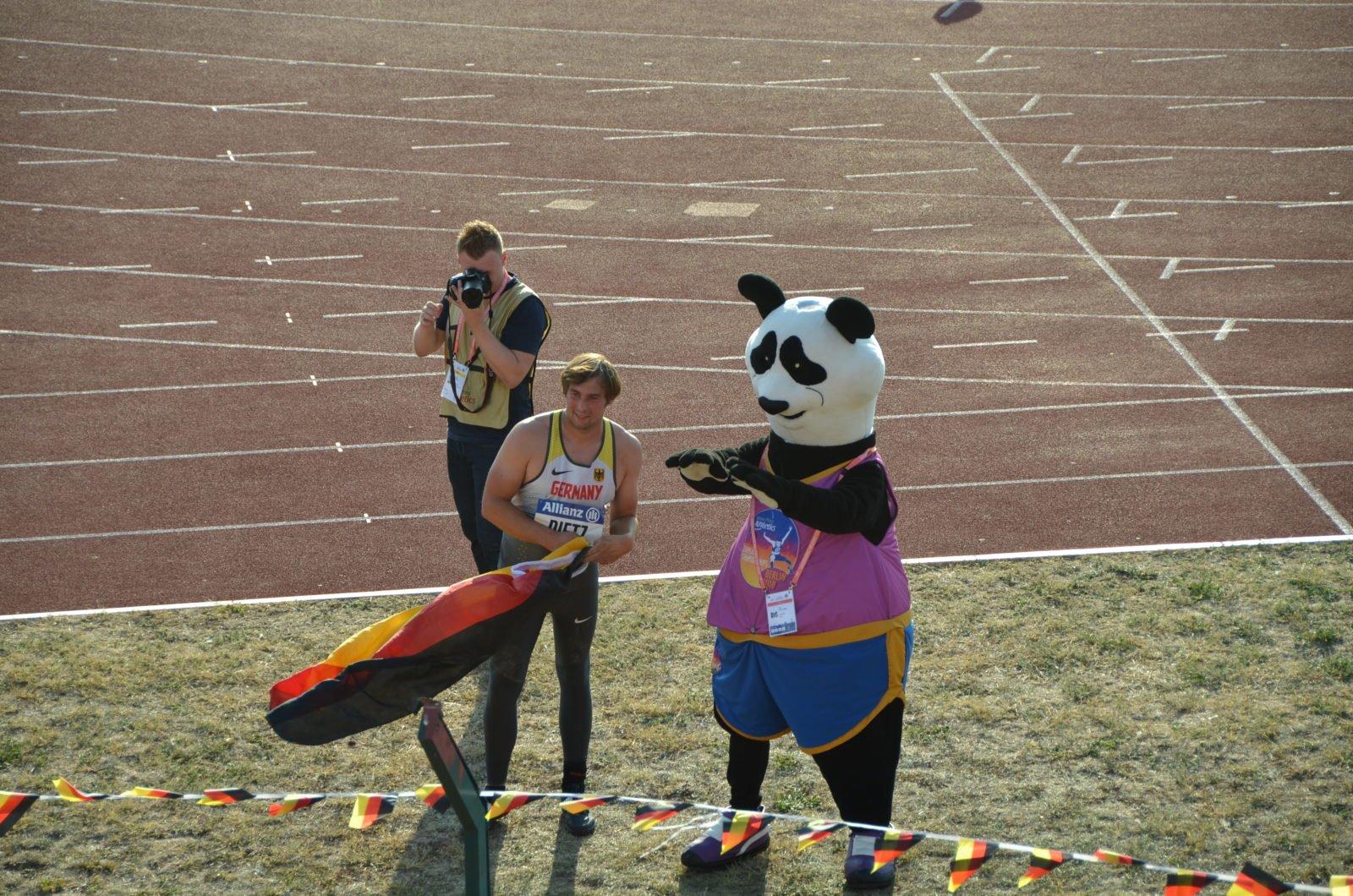 Sebastian Dietz feiert bei der Para Leichtathletik EM 2018 seinen ersten Europameister-Titel.