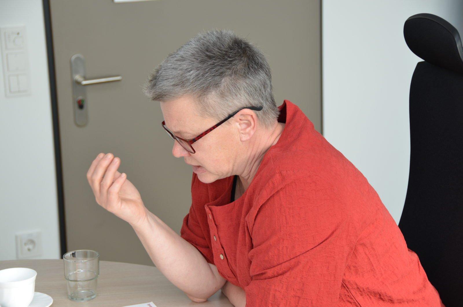 Foto von Dr. Elke Mandel, Landesbeauftragte für die Belange von Menschen mit Behinderungen in Brandenburg, im Profil aufgenommen. Sie redet und gestikuliert dabei mit der linken Hand.