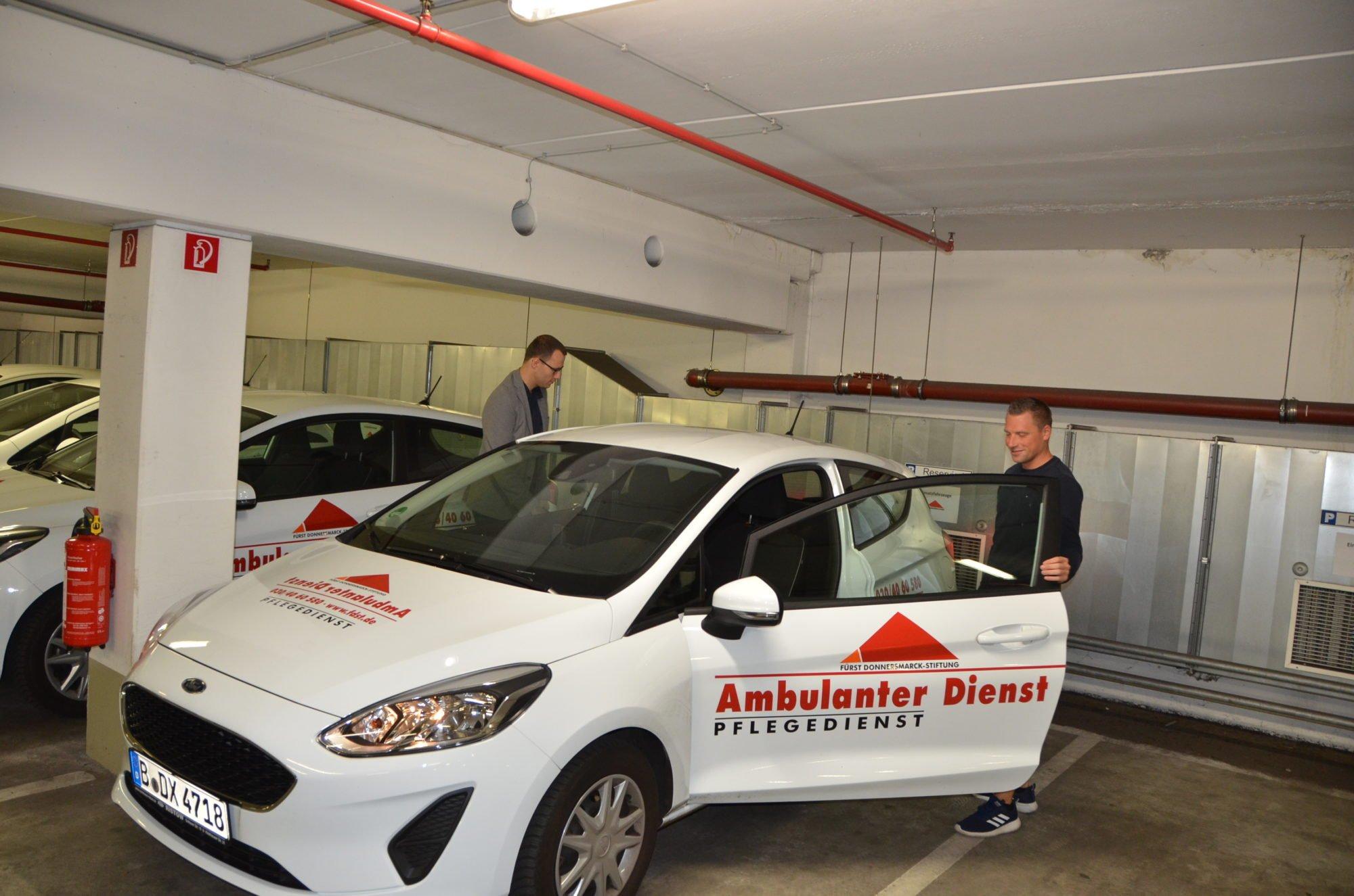 Marco Noack steigt in einer Tiefgarage in ein Auto des Ambulanten Dienstes.