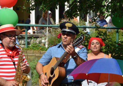 Italienische Musikgruppe beim Sommerfest der Villa Donnersmarck.