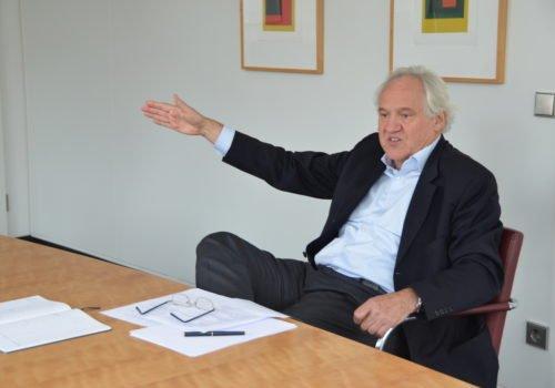 Wolfgang Schrödter gestikulierend in der Intervie-Situation.