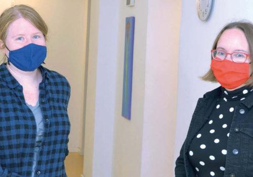 Zwei FRauen mit Mundnasenschutz schauen in die Kamera