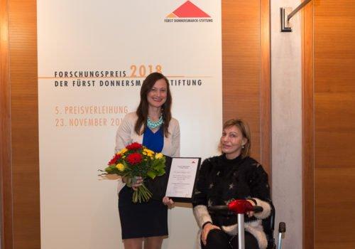 Ausgezeichnet für die Forschung zur frühzeitiggen Erkennung einer Schluckstörung. Dr. Janina Wilmskötter (links) zusammen mit der Jurorin Prof. Annette Sterr (rechts)