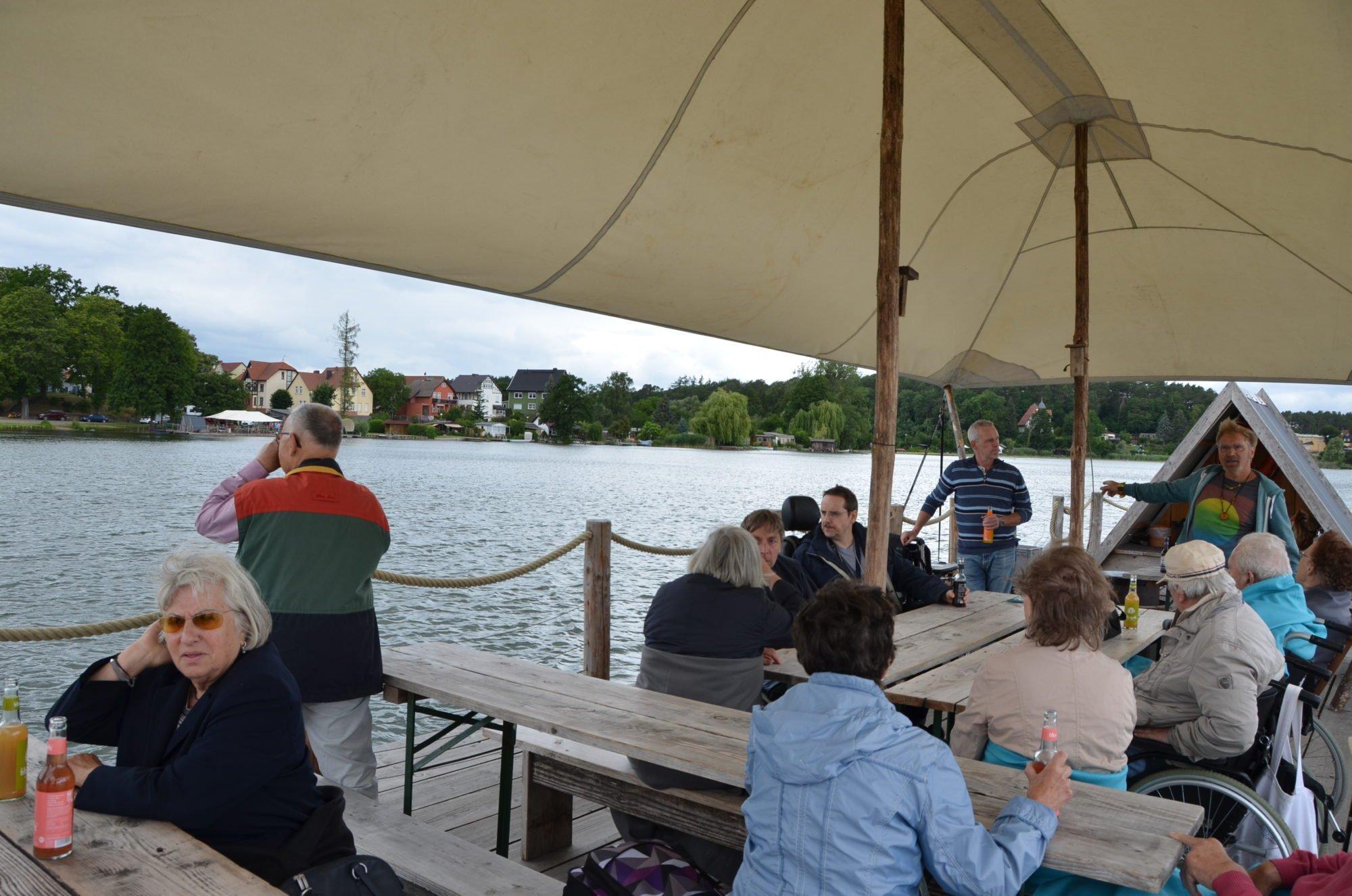 Die Gruppe macht es sich auf dem Floß gemütlich.