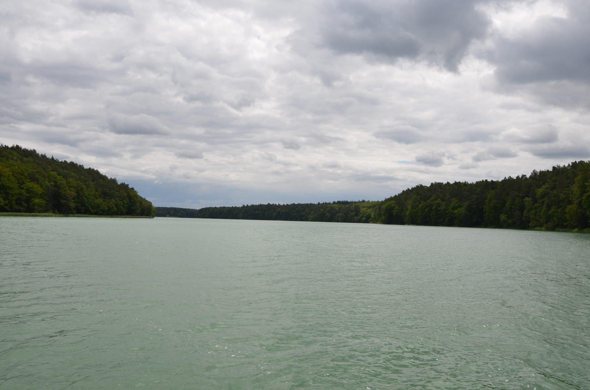 Blick auf den weiten grünen See.