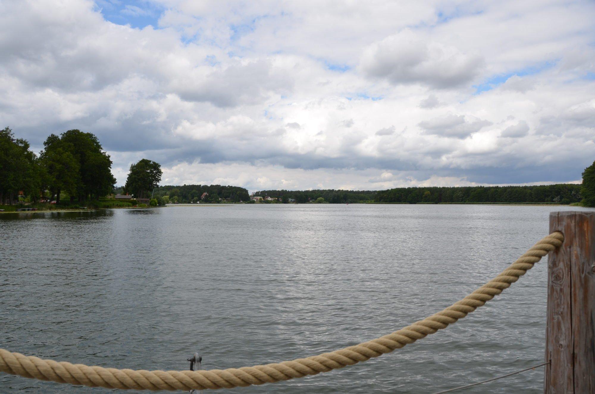 Blick vom Floß aus auf den Pfuhl See. Das Seil des Floßes ist im VOrdergrund zu erkennen.