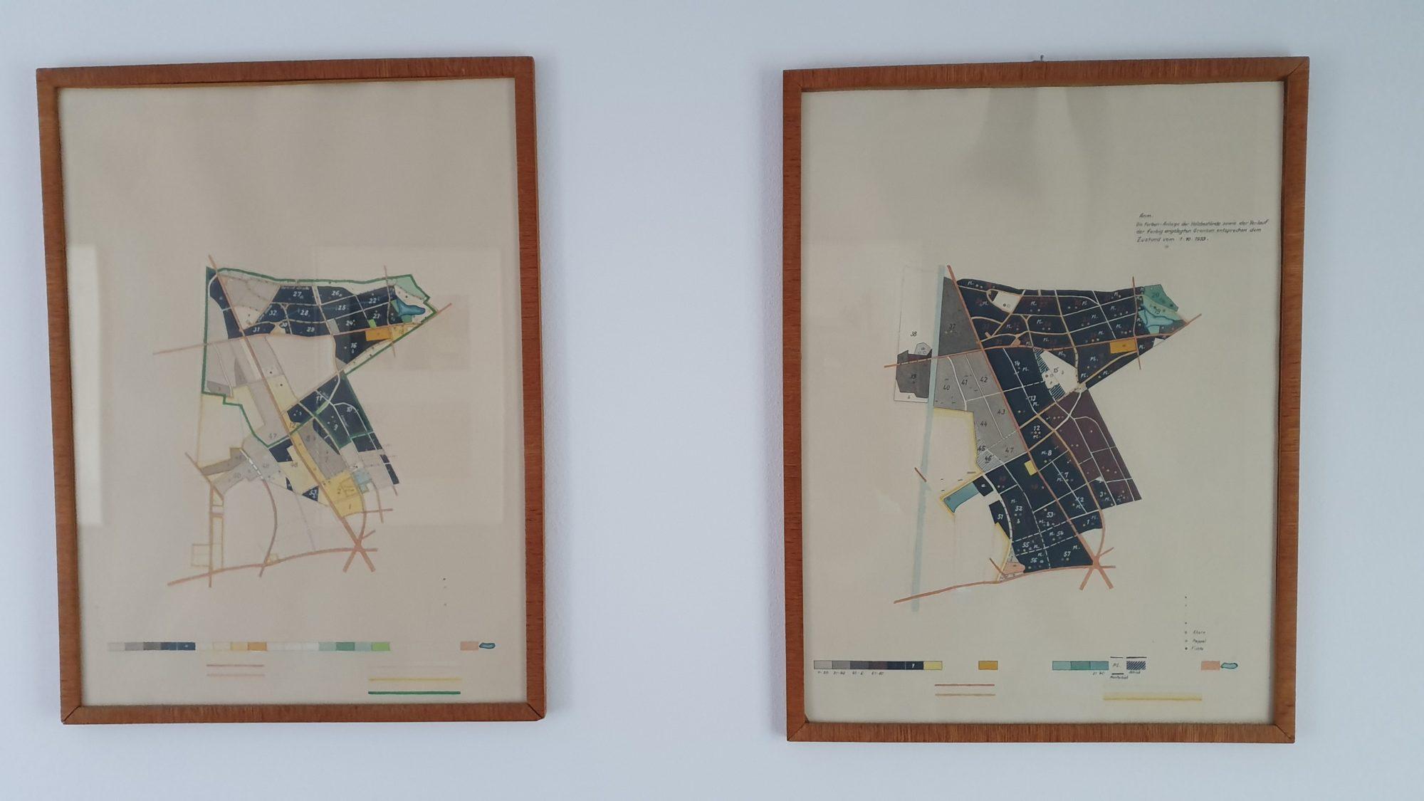 Zwei eingerahmte Karten des Frohnauer Forsts an einer weißen Wand.