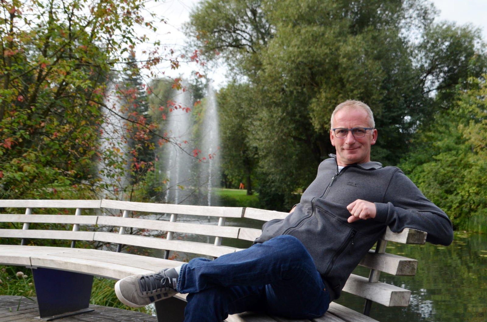 Gerhard Kreutz sitzt auf einer Parkbank im Kurpark Bad Bevensen.