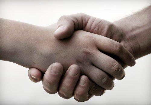 Händeschütteln in Nahaufnahme