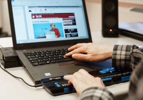 Ein wichtiges Hilfsmittel für Menschen mit Sehbehinderung: Ein Laptop mit Screenreader und Braillezeile.