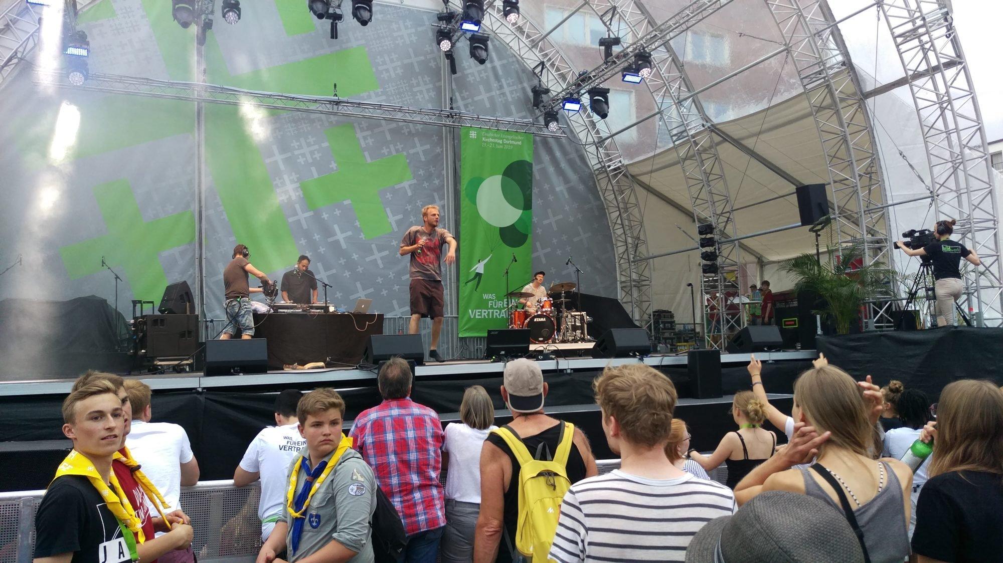 Foto aus der Menge Richtung Bühne, wo Schlakks gerade auftritt.