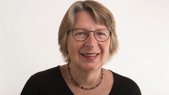 Porträtfoto von Annemarie Kühnen-Hurlin - eine Frau fortgeschrittenen Alters, mit halblangen blonden Haaren und Brille.