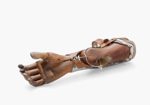 Eine braune Unterarmprothese von Sauerbruch