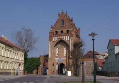 Zu sehen ist das Ruppiner Tor in Gransee, das Teil der historischen Stadtmauer ist.