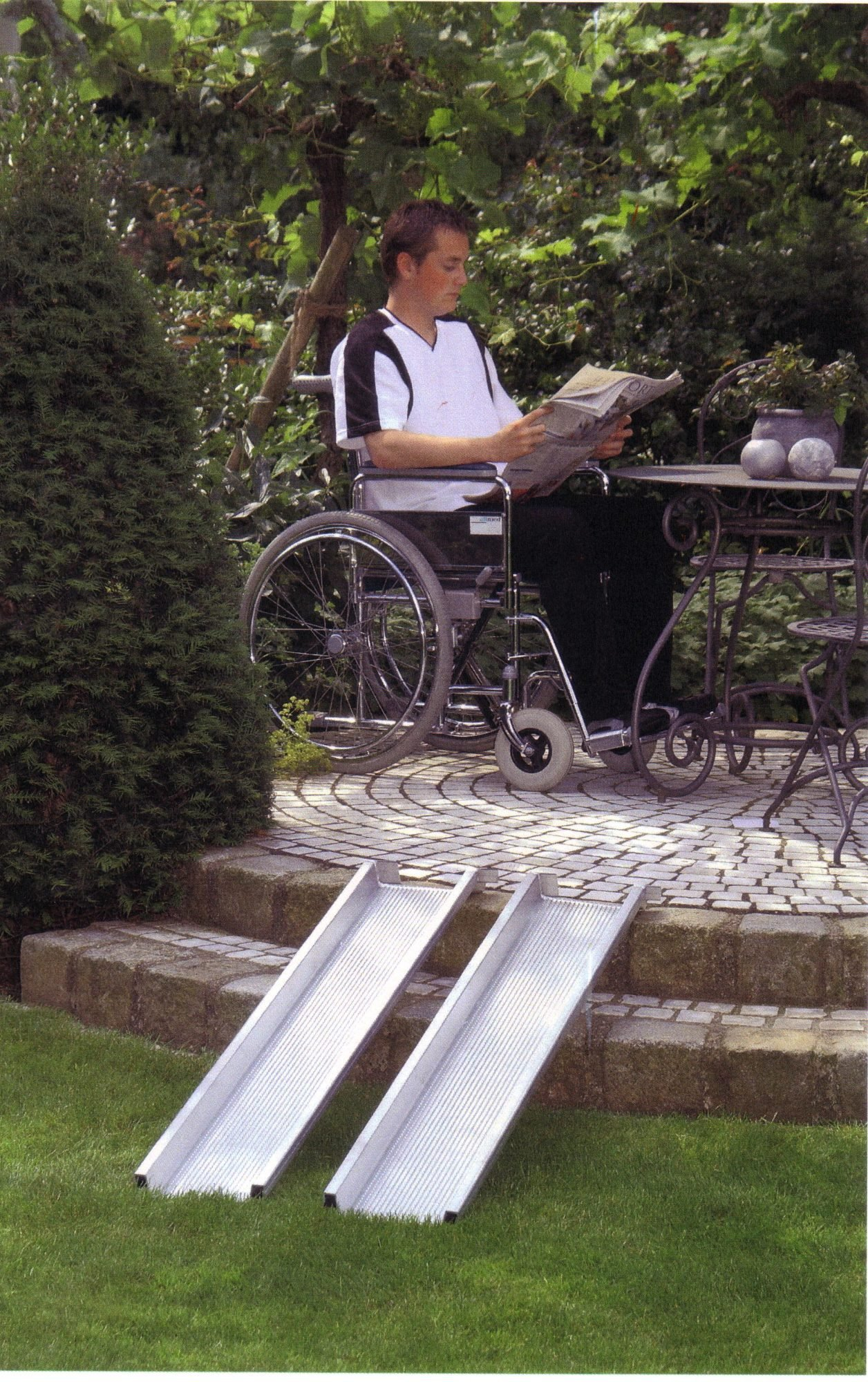Eine mobile Rampe überbrückt den Höhenunterschied zwischen Garten und Terrasse