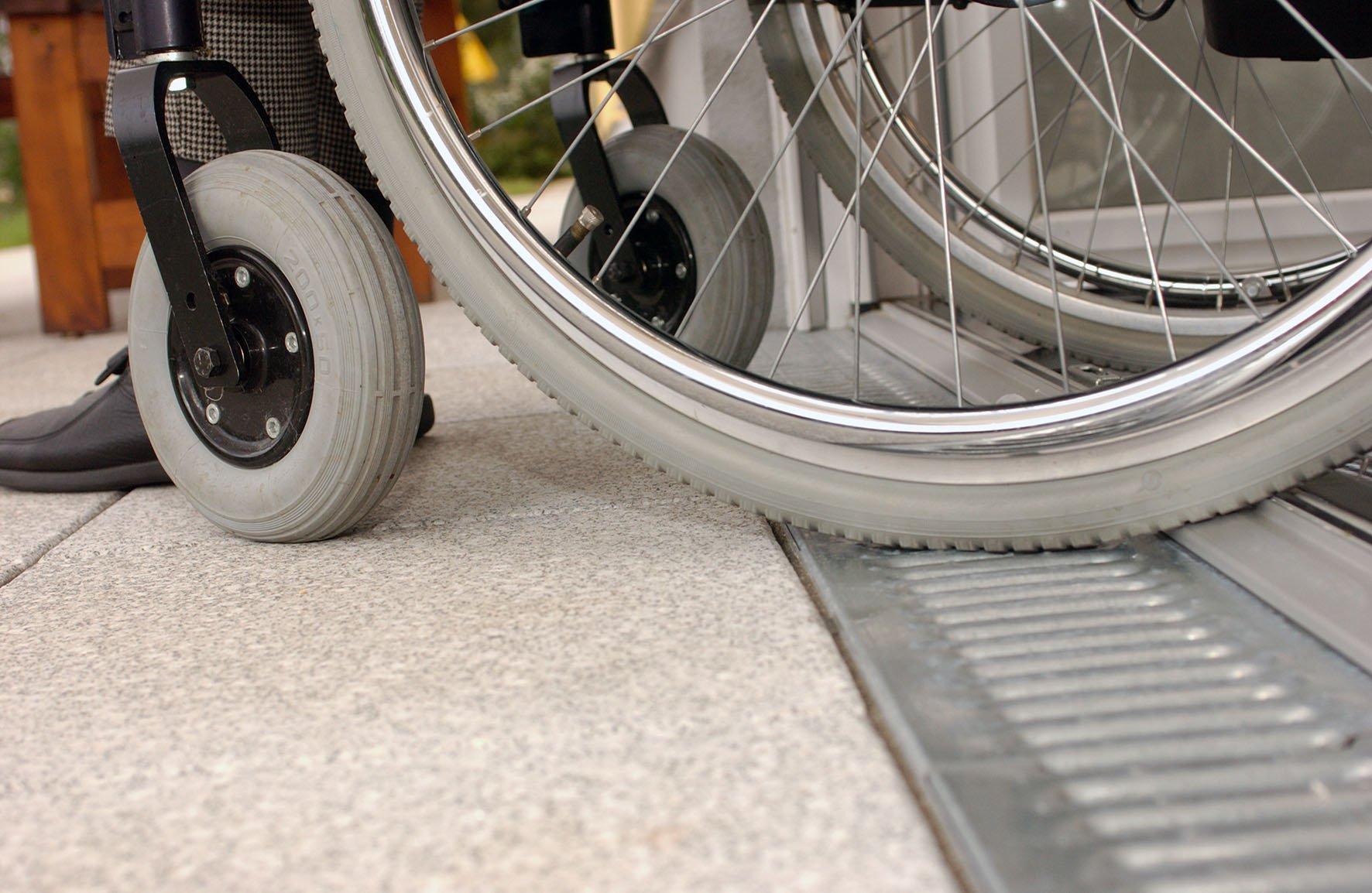 Rollstuhl über Türschwelle